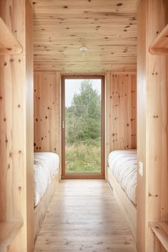 Atelier Pierre Thibault strikes again brilliantly in the Bas-St-Laurent Joli Joli Design Casas Containers, Interior Architecture, Interior Design, Chalet Interior, Cabin Interiors, Cabin Homes, House In The Woods, Minimalist Home, Small Spaces