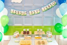 Una mesa de dulces sencilla con un fondo original / A simple dessert table with an original backdrop