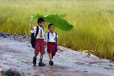 two-kids-under-a-banana-leaf-in-the-rain-indonesia.jpg (800×533)
