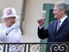 wowereit und elisabethii | Königin Elizabeth II. und Bundespräsident Joachim…
