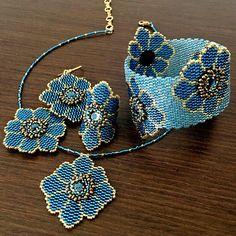 Miyuki bracelet blue turquoise flowers and gold and rhinestone asymmetrical heart Collection fleur bleue Bracelet en perles miyuki bleues, turquoise. Peyote Patterns, Bracelet Patterns, Beading Patterns, Beaded Earrings, Crochet Earrings, Beaded Bracelets, Seed Bead Jewelry, Beaded Jewelry, Seed Beads