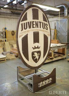 Juventus Campione d'Italia! Grazie alle sofisticate tecnologie del reparto laser di Berti stiamo realizzato lo stemma della Juventus, utilizzando #Wengè ed #Acero. Il progetto è ancora in fase di sviluppo, mancano i dettagli in resina e la finitura!