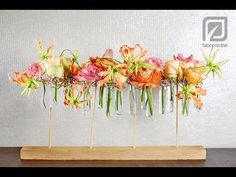 Easy to make flower arrangement made by Hanneke Frankema. This table decoration will also look good in your house! Deco Floral, Arte Floral, Ikebana, Flower Centerpieces, Flower Decorations, Corporate Flowers, Flora Design, Modern Flower Arrangements, Simple Flowers