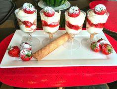 Recept voor een simpel mascarpone toetje met aardbeien. Doe de slagroom in een bak en voeg de 3 eetlepels suiker toe. Klop dit stijf en voeg daarna de mascarpone toe. Klop dit tot een fijne massa. Doe 3/4 van de aar