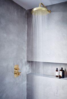 Stoere badkamer met goudkleurige details #badkamer   #bathroom   #stoer   #industrieel   #goud   #concrete