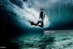 Woman swimming underwater with flippers, Hawaii : Stockfoto