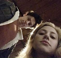 Cole sprouse and lilli Bughead Riverdale, Riverdale Funny, Riverdale Memes, Vanessa Morgan, Archie Comics, Couple Wallpaper Relationships, Riverdale Betty And Jughead, Cole Spouse, Lili Reinhart And Cole Sprouse