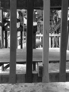 Geometria e escala tonal - por Isabela K., 8C. Eu esta fotografia, pois ela chama a atenção do olhar, e apesar de ter uma certa simetria, por conta das tábuas de madeira, também há um pouco de um ângulo inusitado. Também há diferentes tons de cinza entre as tábuas e o plano de fundo, que causa um contraste entre cada coisa na imagem. Me chamou a atenção que como o ângulo escolhido dá um olhar diferente a pessoa que observa onde é possível perceber cada coisa representada na foto.