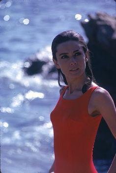 1966 Audrey in vacanza con un costume intero rosso.