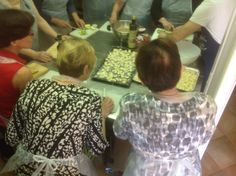 Making gnocchi, Agriturismo CaseGraziani. Gnoccheja, perunamykyjä, valmistamassa.