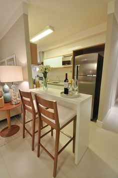 Bancada integrando a cozinha com a sala. Pratico, funcional e perfeitamente bem decorado!