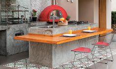 O ambiente, construído no lugar da antiga lavanderia da casa, ganhou um piso de porcelanato (Portinari) que combina com o acabamento das bancadas, de cimento queimado. A ilha central cumpre a função de mesa graças à prancha de madeira teca em formato de L.
