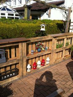 Valla para jardin con estantes