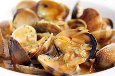 clams fisherman's style - almejas a la marinera Spanish Cuisine, Spanish Tapas, Spanish Food, Spanish Recipes, Slow Food, A Food, Food And Drink, Seafood Recipes, New Recipes