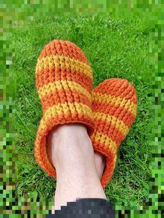 Neuloosi vaivaa neljässä sukupolvessa. Isomummi 96v, mummi 68v, minä 45v ja minun lapset 20, 18, 14 ja 10v. Puikot viuhuu! :) Slippers, Slip On, Sandals, Fashion, Moda, Shoes Sandals, Fashion Styles, Slipper, Fashion Illustrations