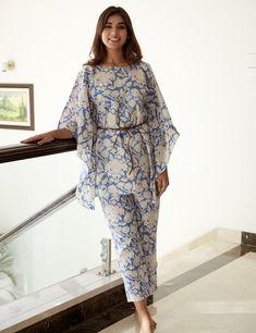 Simple Pakistani Dresses, Pakistani Fashion Casual, Indian Fashion Dresses, Pakistani Dress Design, Indian Designer Outfits, Indian Outfits, Fashion Outfits, Kaftan Designs, Kurti Neck Designs