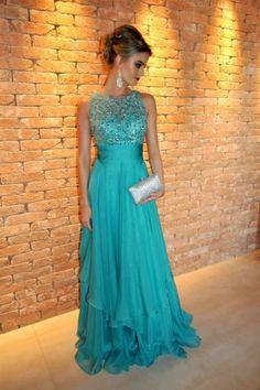 Vestido de formatura azul turquesa e bolsa prata