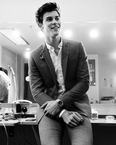 See Shawn Mendes pictures, photo shoots, and listen online to the latest music. Shwan Mendes, Mendes Army, Shawn Mendes Memes, Hot Shawn Mendes, Lights On Shawn Mendes, Shawn Mendes Smiling, Shawn Mendes Music, Shawn Mendes Tour, Fangirl
