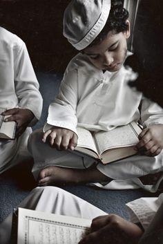 Bonda: 7 Kaedah Ajar Anak Belajar Al Quran Yang Boleh Ibu Bapa Buat! Religions Du Monde, Cultures Du Monde, Quran Wallpaper, Islamic Wallpaper, Muslim Pictures, Islamic Pictures, Muslim Images, Photo Islam, Belle Tof