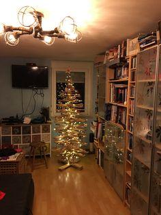Der Christbaum im Wohnzimmer ist geschmückt. Fee hat sich mächtig angestrengt. Weihnachten kann kommen. #weihnachten #christbaum #weihnachtsbaum #wohnzimmer #erlebnisphotographie #instapic
