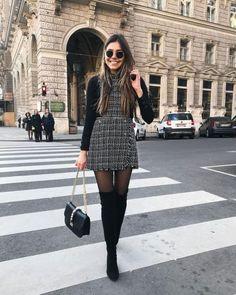 De hecho, uno de los accesorios para este otoño 2020 que se encuentra en tendencia son las mallas negras. Las hemos visto en las pasarelas, campañas y streetsyle. Aquí te decimos como puedes combinarlas y que accesorios Botas Largas: Las botas largas siempre son un must en otoño/invierno y con mallas se ve muy bien. Hace que la figura se vea equilibrada y tus piernas más largas, porque sigue la continuación del color negro. Llévalas con un vestido y si hace mucho frío lleva un abrigo. Paris Outfits, Winter Fashion Outfits, Mode Outfits, Women's Summer Fashion, Skirt Outfits For Winter, Formal Winter Outfits, New York Outfits, Autumn Fashion Uk, Dresses In Winter