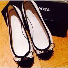Meravigliose ballerine Chanel originali in gomma con punta in pelle (davvero particolari) pari al nuovo N .36 #scarpe #shoes #ballerine #chanel #bianchenere #amazing