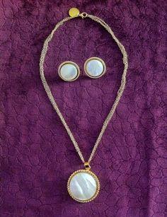 Collar elaborado en oro goldfield con dije en bronce con baño en oro de 24K y cuarzo nacar. Aretes elaborados en nacar y bronce con baño en oro de 24k. Info: gerencia@ambar.co - 320 6878770  #jewelry #handmade #colombia #cali #joyasdeautor #ambardesign @ambar.design1