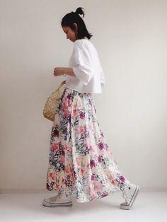 色合いがとっても可愛い花柄スカート♡ 甘くなりがちな花柄もスニーカーとポケットTシャツ合わせだと、