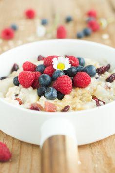 #porridge, la #ricetta per una sana e nutriente colazione. Con pera e frutti rossi tanti altri suggerimenti.