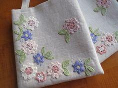 Olá, pessoal! Selecionei algumas ideias charmosas de bolsas artesanais com aplicações de bordado em linha, pedraria e crochê para compart...