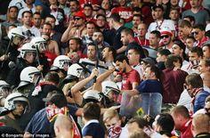 Xidhiidhka kubadda cagta Yurub ee UEFA ayaa sheegay inay baadhitaan ku samayn doonaan dhacdo toddobaadkii hore ay ku lug lahaayeen taageerayaasha naadiga Bayern Munich taas oo ahayd dagaal dhex mar…
