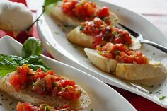 Easy Bruschetta Recipes In this article, I will walk you through some Easy Bruschetta recipes. Bruschetta in Italian translates to garlic bread. Bruschetta Recept, Easy Bruschetta Recipe, Tomato Bruschetta, Bruschetta Bread, Arroz Al Curry, Healthy Snacks For Kids, Air Fryer Recipes, Organic Recipes, Quick Meals