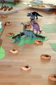 eine Spur aus Dinospuren für den Dino Geburtstag