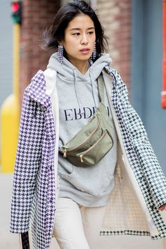 We're breaking down the biggest street style trends of See them here. High Fashion Trends, Fashion 101, Latest Fashion Trends, Fashion Outfits, Lifestyle Fashion, Street Style 2018, Street Style Trends, Womens Fashion Online, Latest Fashion For Women