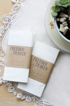 Mit diesen liebevoll handgemachten Taschentüchern könnt Ihr Eure Gäste stilvoll überraschen.  Gebt mir einfach die Namen und Euer HZ-Datum an, dann kann ich die Banderolen für Euch individuell...