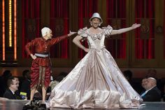 Hosts Kristin Chenoweth and Alan Cumming perform during the American Theatre Wing's 69th Annual Tony Awards at the Radio City Music Hall in Manhattan, New York June 7, 2015. REUTERS/Lucas Jackson