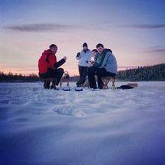 ZWEDEN: WINTERAVONTUUR. Trek met Bootz naar het ongerepte Värmland voor een stevige portie avontuur. Racen op een sneeuwscooter, een huskyslede besturen, ijsvissen. En dit alles in een niet te evenaren Zweeds sneeuwlandschap.  Een bootzer is natuurlijk  niet alleen avontuurlijk maar ook actief en daarom gaan we ook langlaufen, wandelen met sneeuwschoenen en wagen we ons aan een overnachting in een tippi in de uitgestrekte Zweedse bossen. Een winteravontuur om bij weg te smelten!
