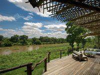 """""""Narina Lodge"""": Terrasse mit Blick auf den Sabie River"""
