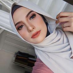 17 Ideas for fashion photography poses face Artistic Fashion Photography, Fashion Photography Poses, Hair Photography, Bridal Makeup Looks, Wedding Makeup, Wedding Hijab, Hijab Makeup, Hijab Style Tutorial, Graduation Makeup