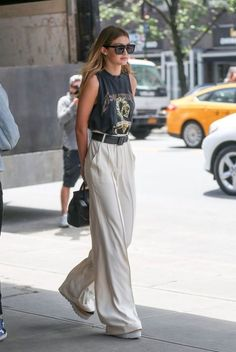 ▷ 1001 + flawless outfits with high-waisted flowing pants - Gigi Hadid& smart casual look in high waisted wide leg pants combined with a dark t-shirt and - Casual Chic, Look Fashion, Korean Fashion, Fashion Tips, 70s Fashion, Fashion Trends, Looks Style, Casual Looks, Casual Outfits