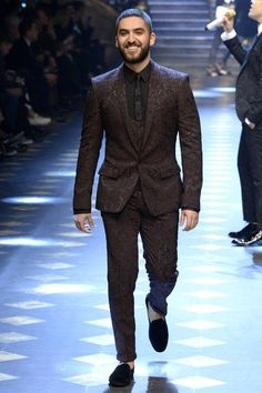 Dolce & Gabbana Fall 2017 Menswear Fashion Show Collection: See the complete Dolce & Gabbana Fall 2017 Menswear collection. Look 39 Mens Fashion Blazer, Mens Fashion Sweaters, Gq, Dolce And Gabbana 2017, Style Costume Homme, Fall Winter 2017, Outfits Hombre, Men Style Tips, Urban Fashion