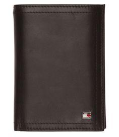 Een klassieke portemonnee van Tommy Hilfiger. De Sheldon portemonnee is een tijdloos bi-fold model & uitgevoerd in hoogwaardig leer. De portemonnee biedt genoeg ruimte voor al je pasjes, briefgeld & muntgeld en andere papieren. Ook is er een handig gaasvakje voor bijv. een OV-chipkaart. De portmonnee wordt geleverd in een luxe doosje van Tommy Hilfiger.