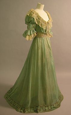 Evening Dress ca 1906 of green silk, chiffon, lace and pearls.