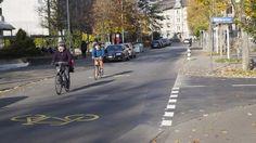 Viele Velofahrer in der Stadt Bern merken gar nicht, wenn sie auf einer der beiden neuen Velostrassen in der Länggasse oder im Breitenrain fahren. Zwar haben sie dort Vortritt – Autofahrer aber auch. Sidewalk, Street View, Communities Unit, Side Walkway, Walkway, Walkways, Pavement