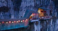 三游洞の絶壁レストラン(中国)    三游洞は中国湖北省の切り立った崖にある洞窟で、古くは唐代の詩人白楽天が弟や友人とともに訪れ「三遊洞亭」という詩を詠んだことで知られています。現在ではこの洞窟にレストランが設けられ、まるで水墨画の中のような風景を眺めながら食事を楽しむことができます。