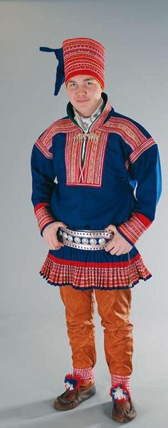 The costumes of Enontekiö (Eanodat) are basically the same as in Kautokeino (Guovdageaidnu)