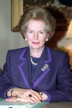 NOVEMBER 15 1990 - At her 10 Downing Street desk wearing signature pearls and a purple houndstooth jacket. Great Women, Amazing Women, Margareth Thatcher, Retro Bob, The Iron Lady, Houndstooth Jacket, First Ladies, Power Dressing, Labor