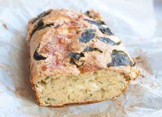 Briebrood met ui en basilicum; een hartig borrelbrood met veel smaak. Lekker met kweepeergelei of acacia-honing. Schenk de rode wijn maar alvast in!