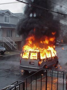 Une femme a tenté d'escroquer son assurance en brûlant sa voiture le 1er janvier. Le moins que l'on puisse dire, c'est que ce n'était pas l'idée du siècle ! http://www.lecomparateurassurance.com/103342-flash-news/105788-essonne-femme-brule-propre-vehicule-pour-toucher-prime-assurance