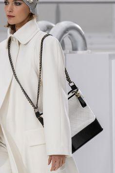 Chanel at Paris Fashion Week Fall 2017 - Details Runway Photos Chanel Couture, Chanel Fashion, Fashion Bags, Fashion Show, Fashion Outfits, Womens Fashion, Fashion Trends, Mode Chanel, Chanel Paris